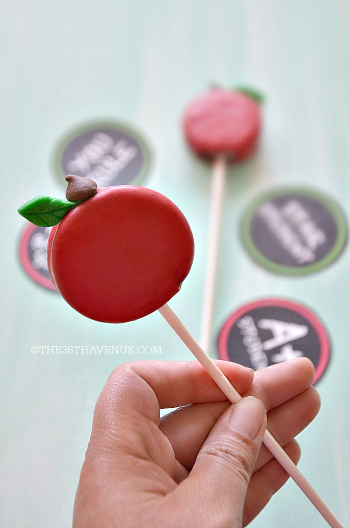 Back to School - Apple Oreo Pops and Free Printables at the36thavenue.com Pin it now and make it later!