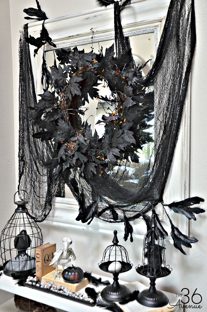 Halloween Decor - Black and White Entryway Halloween Decor. See it all : https://www.the36thavenue.com/?p=26289