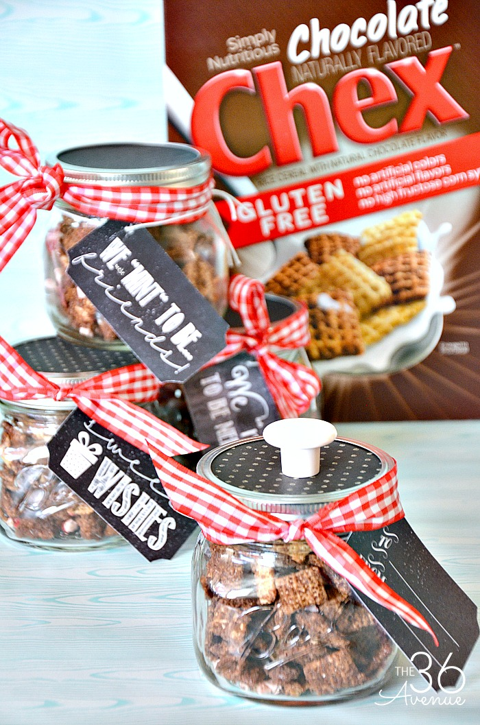 Handmade Gift Ideas - Gifts in a jar are adorable! Check out this Chocolate Mint Chex Mix Recipe and Printable. This handmade gift is perfect for Christmas gifts, Neighbor Gifts, or any other special occasion. PIN IT NOW and make it later!